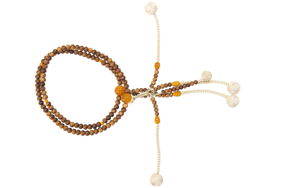 お祈りグッズ:十字架のネックレス、サリー、お数珠